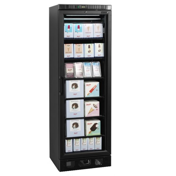 Tefcold UFSC370G Black on lasiovipakastekaappi, joka on tarkoitettu ravintoloihin, kahviloihin ja erilaisiin myymälöihin myyntikalusteeksi. Pakastekaappi on ulkopinnaltaan mustaksi maalattua terästä, sisäkuoreltaan mustaa ABS muovia. Leveys kaapilla on 600 mm. Kuvassa kaapin sisällä on jäätelö- ja pakastekakkupaketteja.